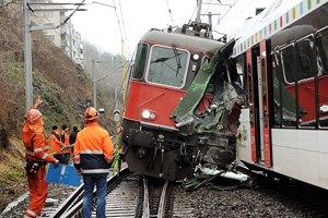 В Японии с рельсов сошел пассажирский поезд