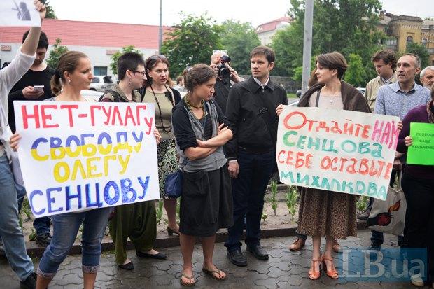 Митинг кинематографистов под зданием посольства РФ в Киеве