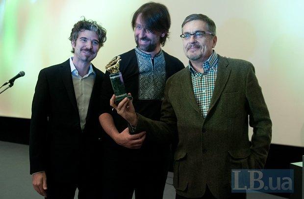 Мужчины слева - члены международного жюри Петер Луизи и Габриэль Гоше