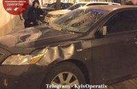 В Киеве прохожий изувечил припаркованный на тротуаре автомобиль
