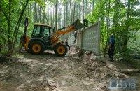 Комунальники почали демонтаж паркану на будівництві ЖК в Пущі-Водиці (додано фото)