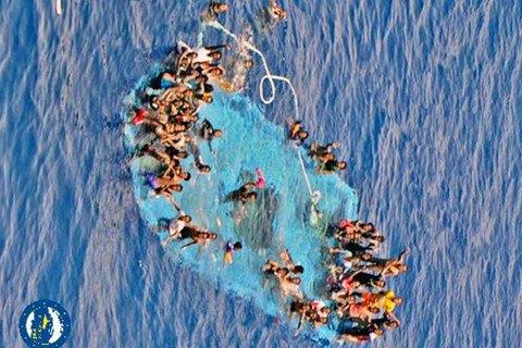 Біля узбережжя Лівії врятували близько 900 мігрантів