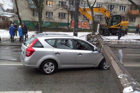 На Куреневке фонарный столб упал на автомобиль и оборвал линию движения троллейбусов