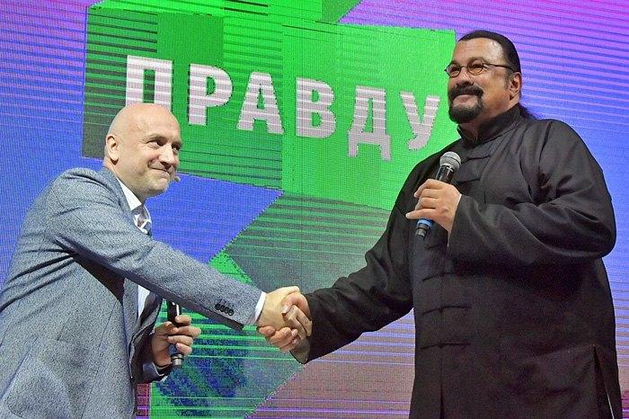 Захар Прилепин и Стивен Сигал во время презентации политпроекта 'За правду'