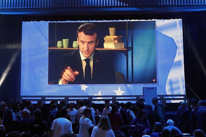 Президент Франции Эммануэль Макрон выступает с заявлением адресованным партии La Republique En Marche во время выборов в Европарламент, Париж, 24 мая 2019.