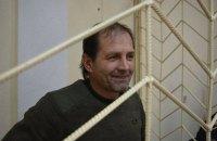 Суд в Крыму оставил вывесившего украинский флаг активиста под стражей