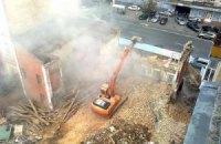 Киевляне демонтируют строительный забор, установленный на месте снесенного дома Грушевского (ДОБАВЛЕНЫ ФОТО)