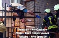 В Киеве мужчина застрял на металлическом заборе