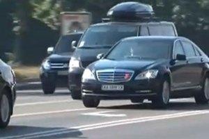 Охрана Азарова бьет зеркала машин, не уступающих дорогу кортежу