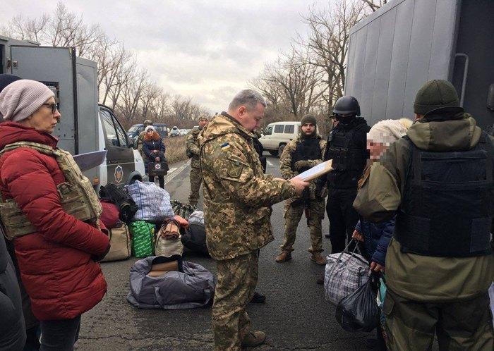Передача осужденных, которые содержались в тюрьмах на неподконтрольной части Луганской области, на подконтрольную Украине территорию, Счастье, 12 декабря, 2018.