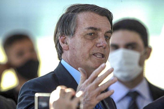 Президент Бразилии Жаир Болсонару выступает без маски, нарушая указ об обязательном использовании масок для защиты от коронавируса, в президентском дворце Паласио-ду-Альворада в Бразилиа, Бразилия, 3 июня 2020