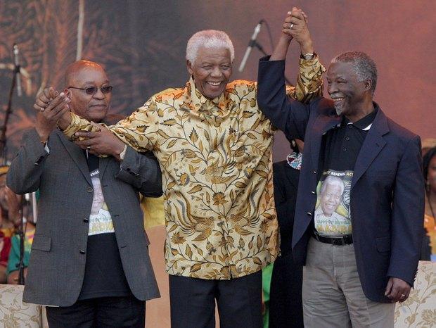 Нельсон Мандела (в центре) празднует победу президента Табо Мбеки (справа) , Джейкоб Зума (слева) во время празднования 90-летия Манделы в Претории, ЮАР, 02 августа 2008.