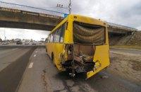 У Києві евакуатор врізався в несправну маршрутку