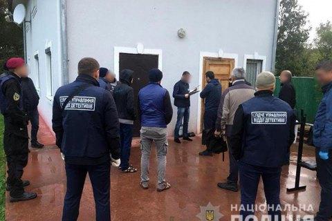 """Поліція звільнила 32 бранців """"реабілітаційного центру"""" на Прикарпатті"""
