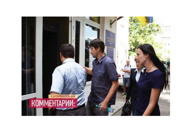 Владислав Содели и Ольга Сницарчук заходят в здание суда
