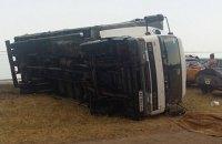 В Херсонской области порыв ветра опрокинул грузовик на человека
