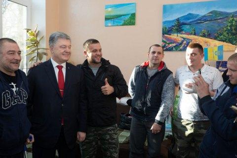 Порошенко посетил раненых бойцов в военном госпитале