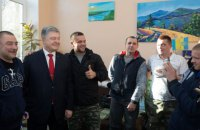 Порошенко відвідав поранених бійців у військовому госпіталі