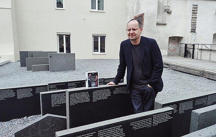 Філіпп Сендс зі своєї книгою під час візиту до Львова.