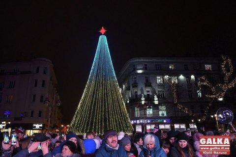 В Ивано-Франковске мужчина залез на главную елку города