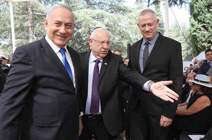 Премьер-министр Израиля Биньямин Нетаньяху (слева) президент Израиля Реувен Ривлин ( в центре) и Бенни Ганц на похоронах покойного президента Израиля Шимона Переса в Иерусалиме, 19 сентября 2019.