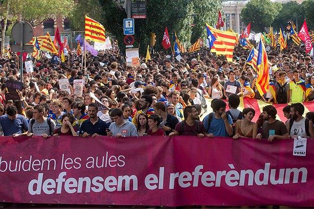Демонстрация в поддержку референдума о независимости Каталонии на главной площади Барселоны, 28 сентября 2017.