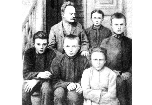 Іван Франко з дружиною Ольгою та дітьми на сходах свого будинку. Львів 1904р.