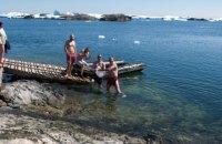 Украинские полярники отметили Крещение купанием в бухте