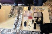 В Киеве поймали мужчину при попытке продать 3500 поддельных долларов (обновлено)
