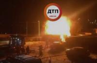 В Киеве горело СТО возле автостоянки на Троещине