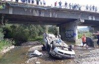 На трассе Львов-Ужгород автомобиль слетел с моста в реку