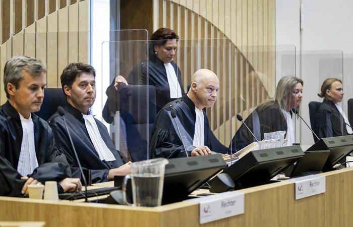 Председательствующий судья Хендрик Стеенхуис (в центре) открывает судебное заседание в комплексе Схипхол, недалеко от Амстердама, Нидерланды, 8 июня 2020