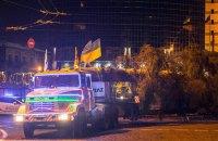Робочі взялися встановлювати новорічну ялинку на Софійській площі Києва