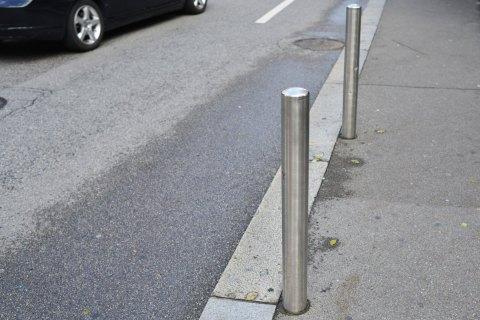 Новые стройнормы предусматривают установку металлических столбиков на тротуарах перед пешеходными переходами