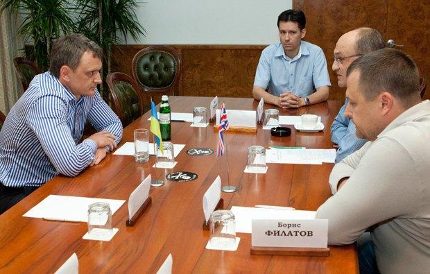Директор Приднепровской ТЭС Андрей Николаев (на фото слева) черную метку получил молча, без комментариев