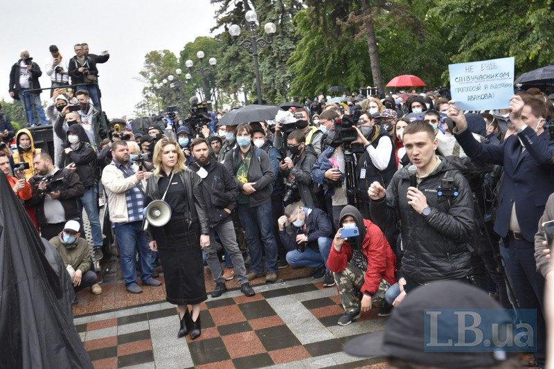 Сергей Стерненко с микрофоном, с мегафоном - председатель партии Голос Кира Рудык