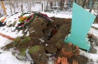 Поліція затримала вандала, який пошкодив могилу в Одеській області, щоб вкрасти прикраси