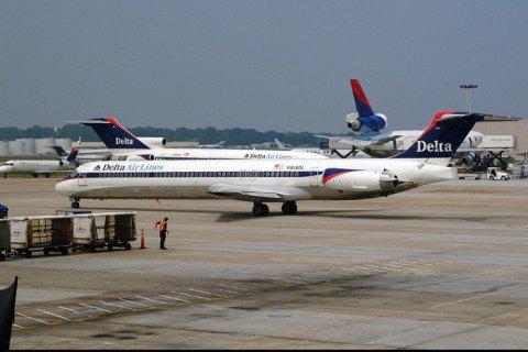 Пассажиры американской авиакомпании сняли на видео поломку двигателя