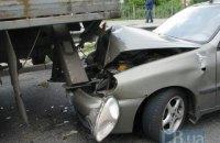 У Києві на проспекті Бажана зірвиголова на Daewoo влетів під вантажівку