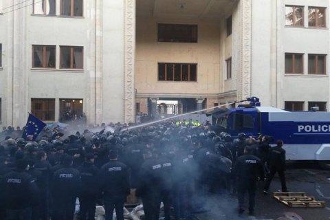 В центре Тбилиси тысячи жителей требуют отставки правительства