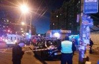 Автомобиль такси въехал на остановку в Киеве, пострадали два человека
