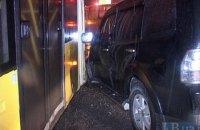 В Киеве водитель внедорожника протаранил троллейбус с пассажирами