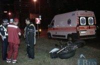 На Броварському проспекті в Києві мотоцикл вилетів з дороги і збив знак
