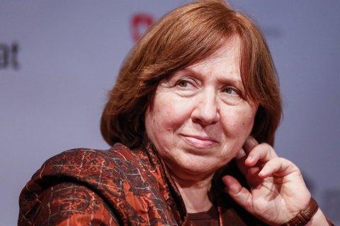 Нобелівська лауреатка Алексієвич вилетіла з Білорусі до Німеччини