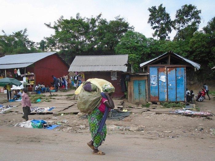 Улица городка Мпондве, недалеко от границы Уганды и Конго, 14 июня 2019