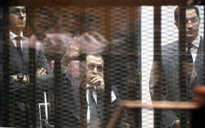 Бывший президент Египта Хосни Мубарак (в центре), в окружении сыновей Гамаля Мубарака (слева) и Алаа Мубарака (справа), во время суда в Каире, Египет, 9 мая 2015.