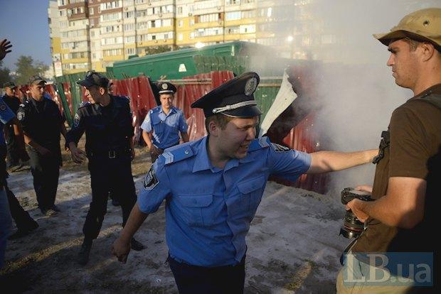 милиционер отталкивает фотографа Алексея Чернышева