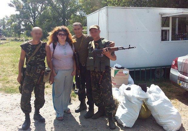 Ольга Голубева с бойцами и подвезенной помощью