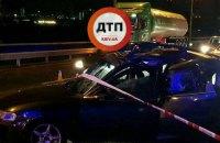 На Южном мосту в Киеве бензовоз врезался в заглохшее авто, два человека погибли