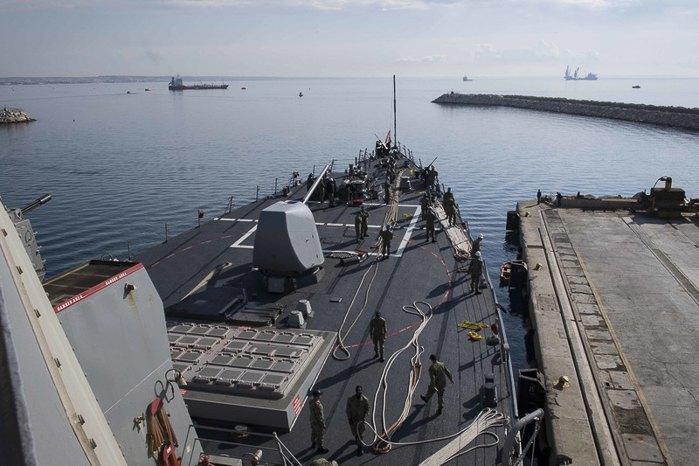 Ракетный эсминец USS Дональд Кук отправляется из Ларнаки в Сирию